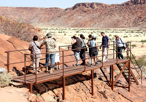 Experienced local guides show visitors the rock art of Twyfelfontein.  Photo: Sven-Eric Stender